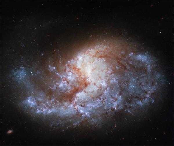 """科学家发现""""熔炉""""星系:闪耀如宝石 距地球6800万光年"""