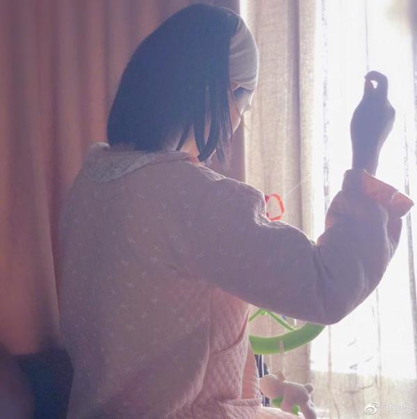 4月14日中午,谢娜在微博晒出了一张自己正在缝东西的背影照,照片中谢娜身穿粉色睡衣戴着发带站在窗前,画面看上去十分温馨。谢娜配文称是一位女演员为自己抓拍的照片,不少网友纷纷猜测是不是二弟赵丽颖。 14日中午,谢娜在其本人微博分享了一张自己的背影照,照片中谢娜站在窗前,穿着睡衣戴着发带缝东西,看上去十分温馨。谢娜配文道:我如此温暖的背影被抓拍,我要举报:她是个演员。 网友们纷纷在评论中猜测是不是和谢娜关系很好的赵丽颖:是二弟吗肯定是赵丽颖吧是不是我女神赵丽颖拍的。