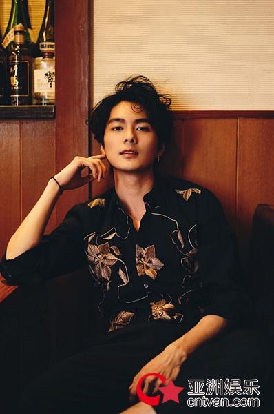 演员邓竞最新写真变身暖系男友 尽显少年意气