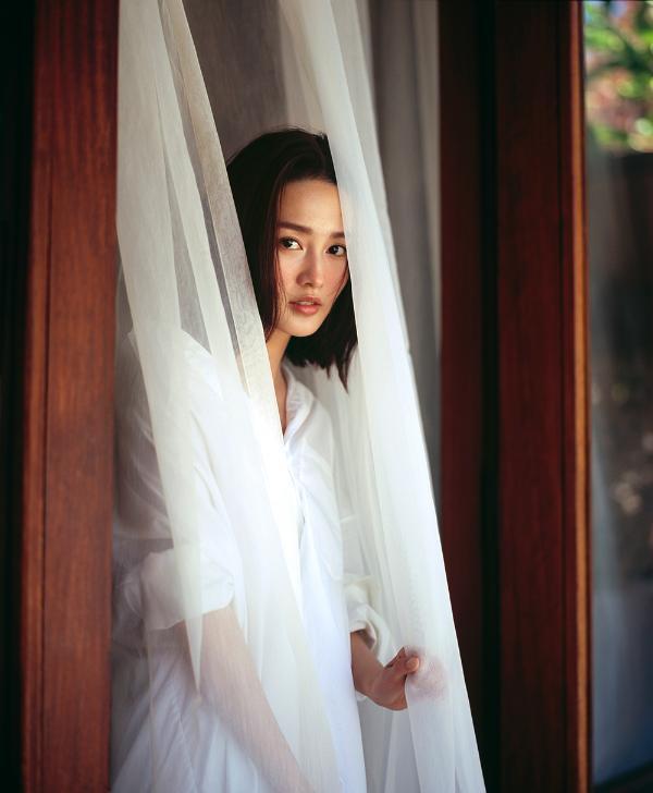 李沁夏至写真清爽恬静 裸肌晒伤妆演绎动人风情