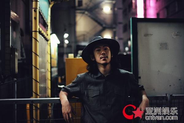 江奇霖新写真惬意自在 盛夏月夜漫步街头