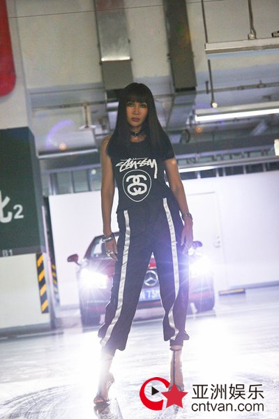 流行icon打造车库时髦大片!踩着PVC的时尚女性张咪