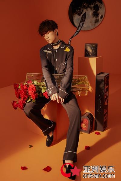 易烊千玺最新时尚大片,演绎小王子与玫瑰的故事