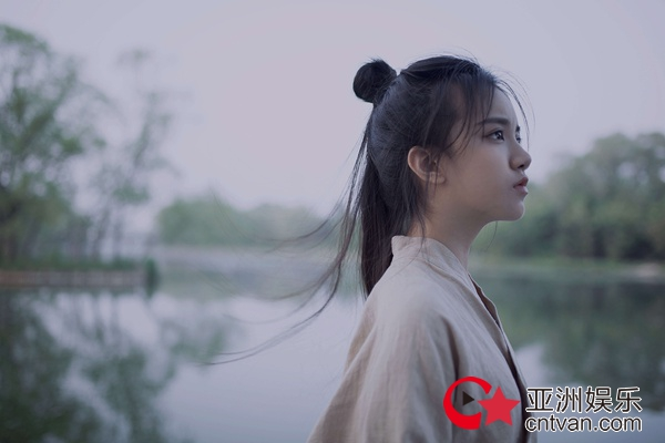 刘宸希古风写真曝光 干净飒爽显英气