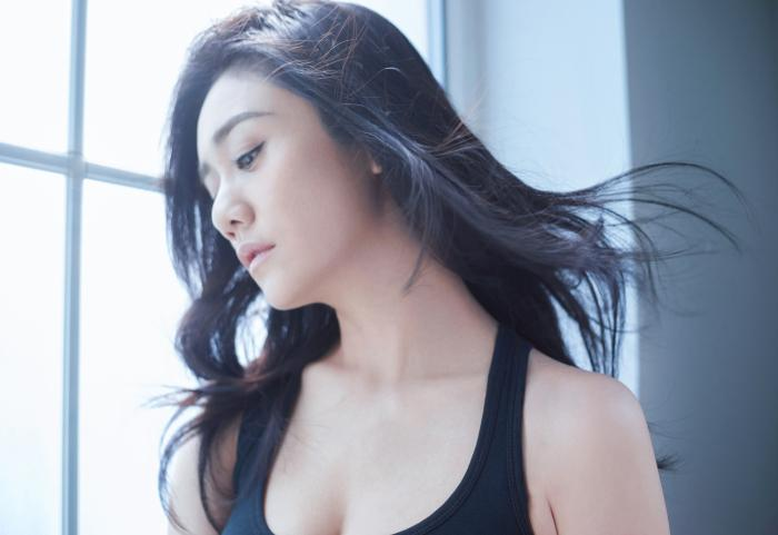 刘芸最新写真曝光 率性演绎摇滚girl