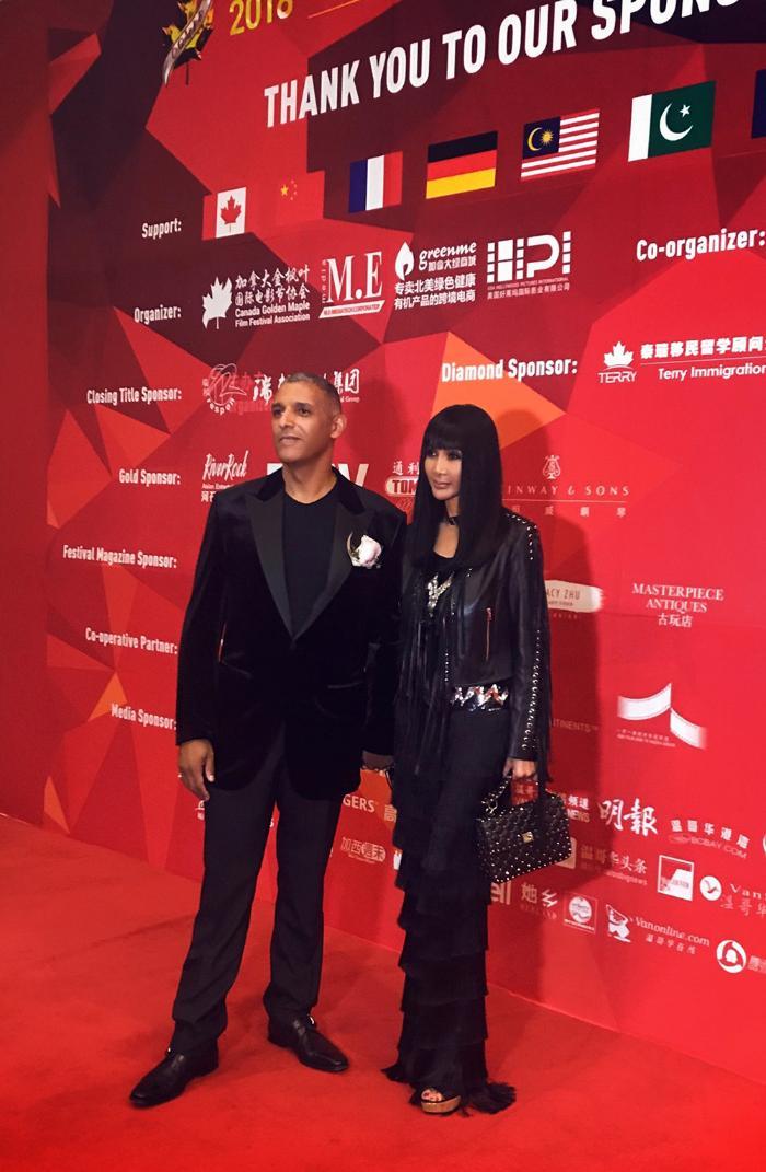 张咪与先生出席加拿大枫叶国际电影节 恩爱亮相红毯