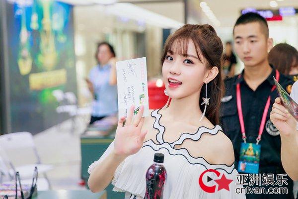 近日,新晋人气唱作歌手陈意涵estelle受邀出席英雄联盟职业联赛总