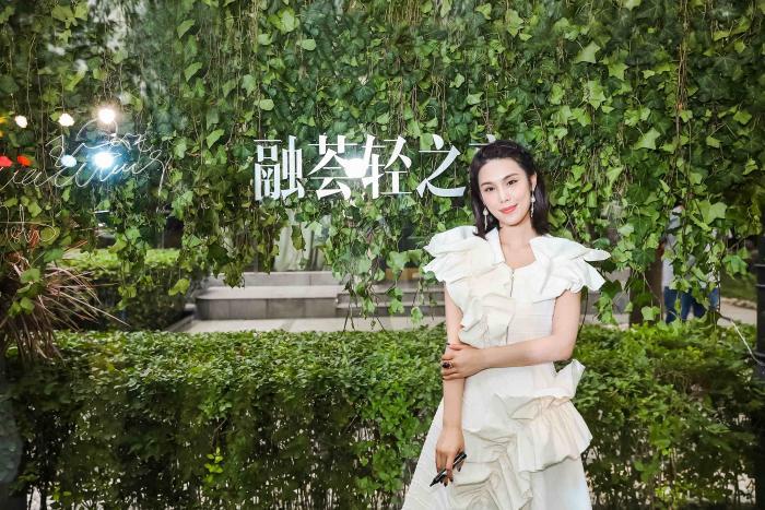 韩丹彤出席费加罗晚宴 白色裙装诠释时尚仙度