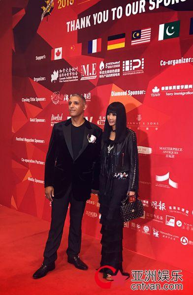 张咪与先生出席加拿大枫叶国际电影节恩爱亮相红毯!