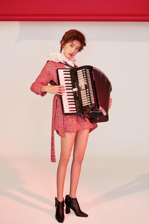 李凯馨手风琴时尚大片曝光 音乐少女诠释西方复古风范