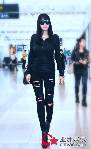 张咪现身机场,All Black极酷装扮尽显王者气质