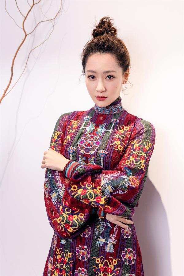 白冰受邀中国时装周观秀 身着刺绣长裙诠释东方美