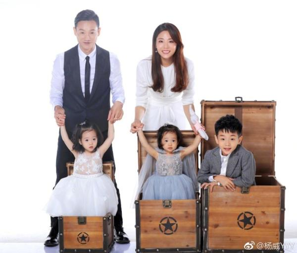 杨威晒全家福庆结婚十周年 杨阳洋帅气可爱