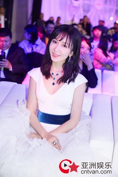 娄艺潇亮相品牌活动 一袭白裙清爽优雅