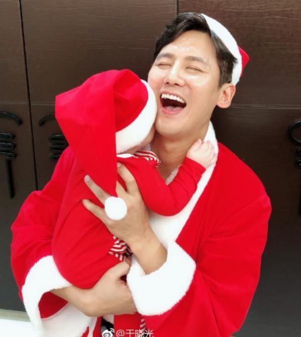 秋瓷炫一家三口盛装过圣诞 首晒六个月儿子萌照