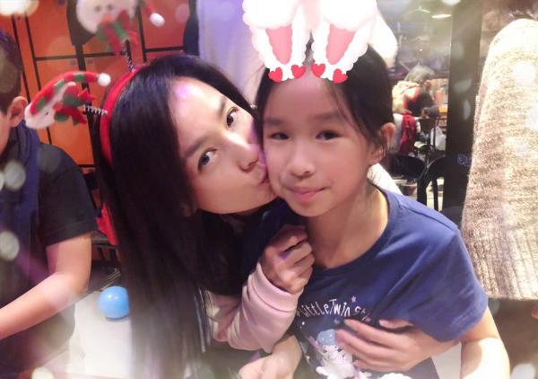 张庭为女儿庆祝9岁生日 林瑞阳却专注手机忙事业?