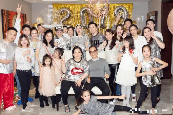 钟丽缇张伦硕开新年派对 晒全家福一家颜值超高!