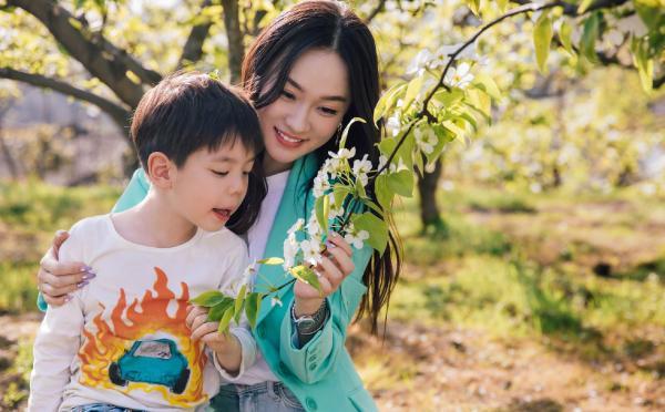霍思燕携儿子扶贫献爱心 梨花树下母子温馨亲亲超有爱