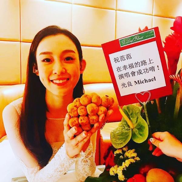 范玮琪马来西亚演出好友助阵 与梁静茹亲密合照笑容甜美