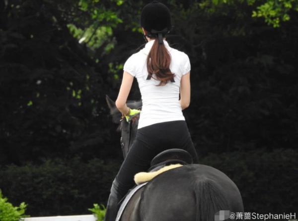 51岁萧蔷晒骑马照气质优雅 窈窕身材犹如少女一般
