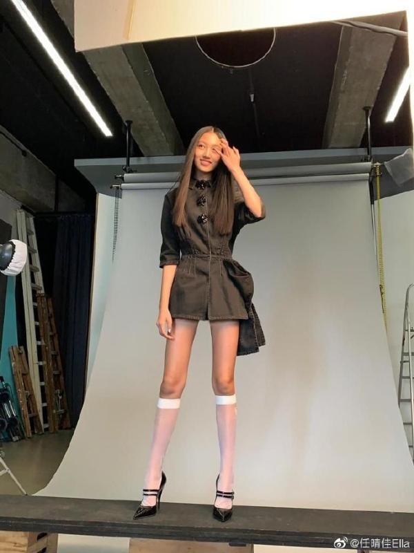 任达华14岁女儿模特身材随妈 穿长筒袜秀长腿比例超优越