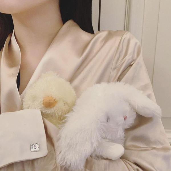 李嫣与闺蜜卖萌晒自拍,妆容精致巧用特效遮嘴唇疤痕