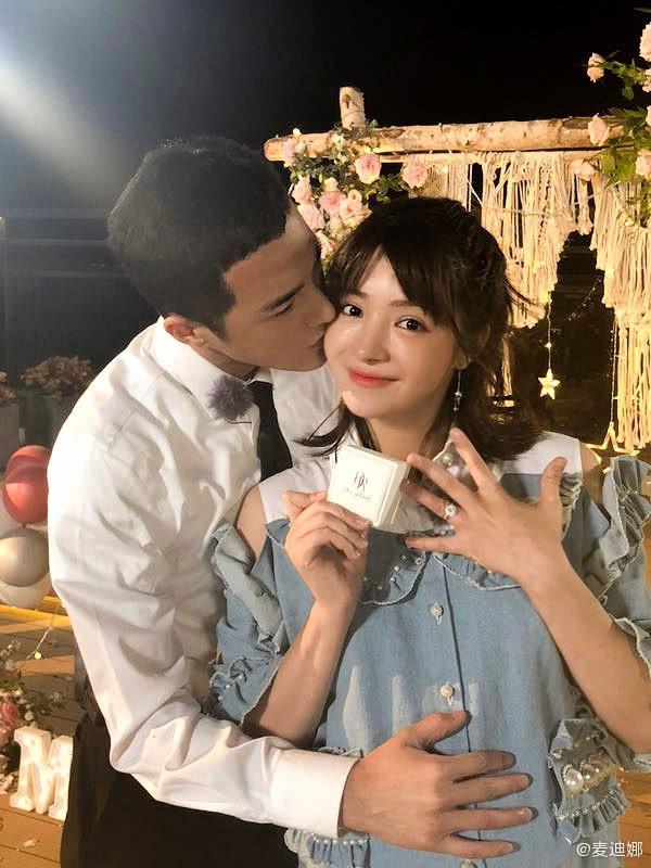 麦迪娜晒照为姜潮庆生 甜蜜亲吻老公脸颊浪漫告白