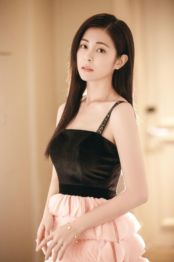 任容萱受邀出席颁奖典礼 黑粉花瓣裙优雅吸睛