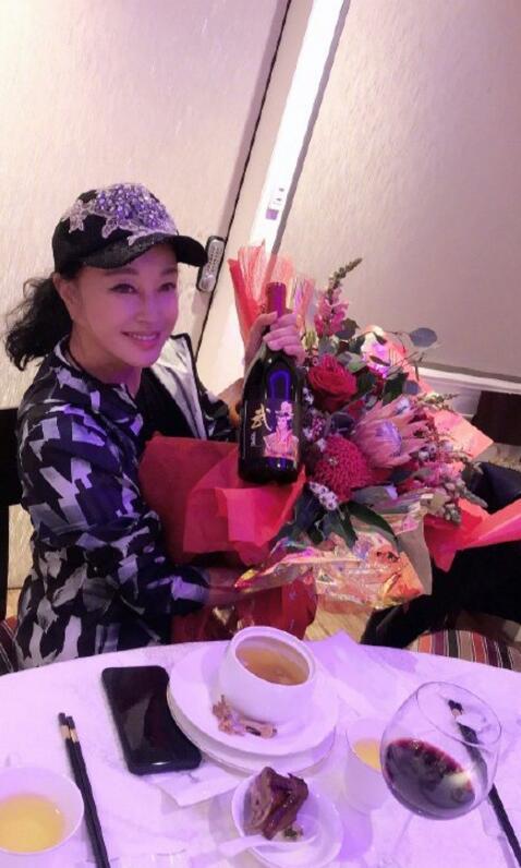 刘晓庆晒照庆生 你能看出她已经64岁了吗?