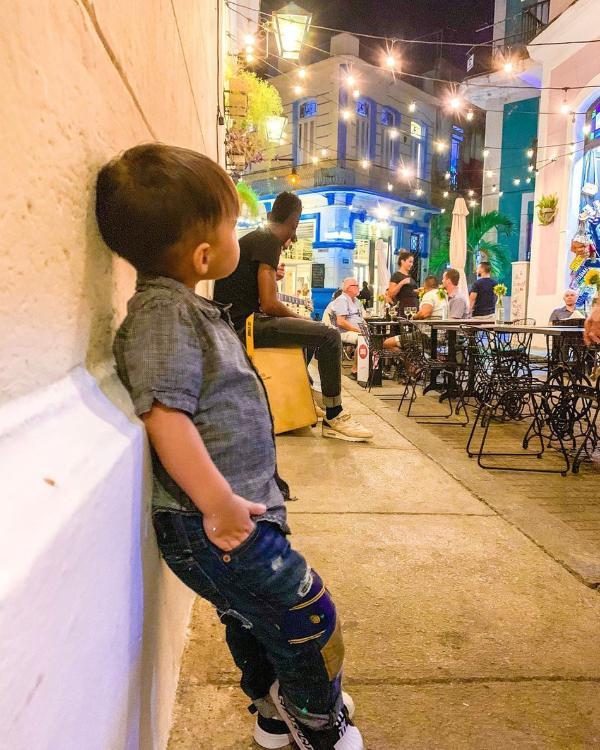 周杰伦晒照带儿子吃早餐 小小周穿迷彩服戴墨镜扮酷