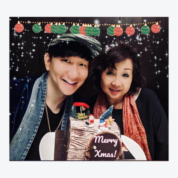 林俊杰晒与妈妈合影庆圣诞 手捧蛋糕露出幸福笑容