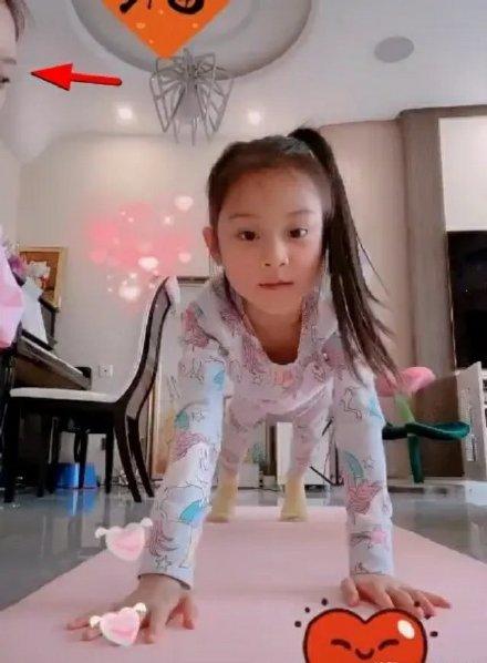 李小璐女儿甜馨近照 头扎高马尾变身运动小能手