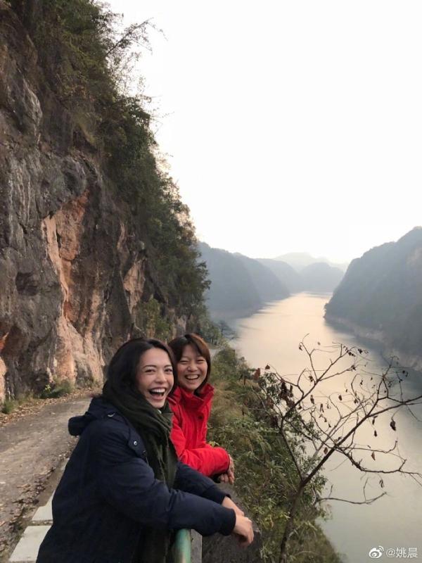 姚晨晒照为经纪人张蕾庆生 两人亲密拥抱同框灿笑似姐妹