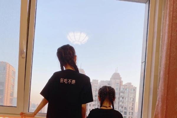 李小璐感叹女儿长大 7岁甜馨亭亭玉立身高到妈妈胸脯