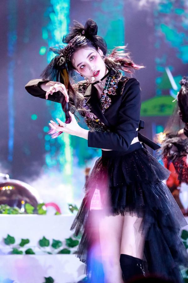 徐艺洋第三场公演获全场撑腰王 怪女孩暗黑造型挑染双马尾