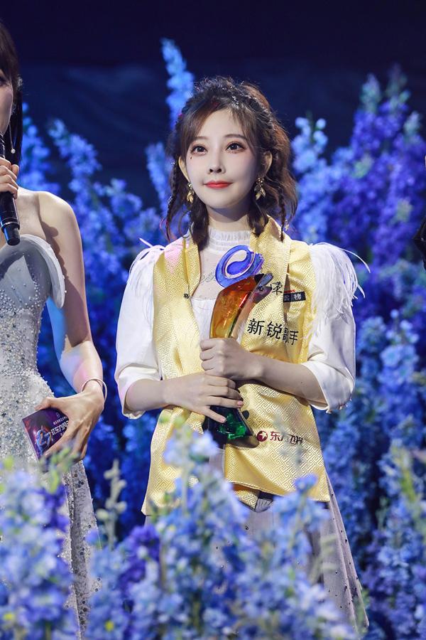 冯提莫轻纱露背礼服素雅亮相盛典 获最佳新锐歌手奖