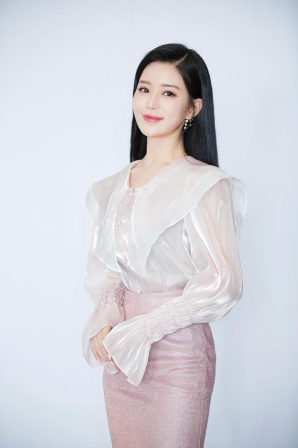 温心网剧《世界上另一个你》威海开机 饰演江夏引期待