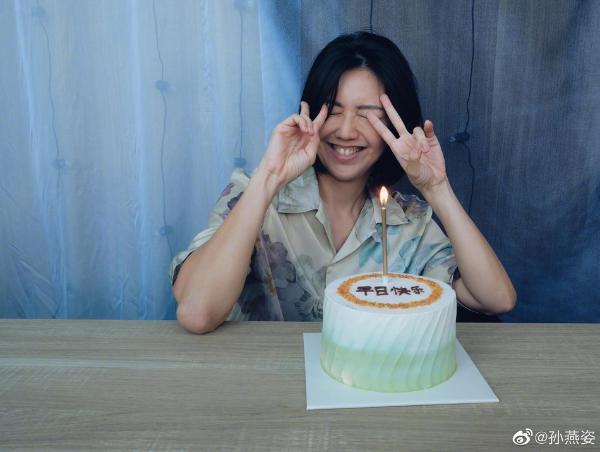 孙燕姿晒蛋糕照祝自己生日快乐 素颜出镜温柔俏皮