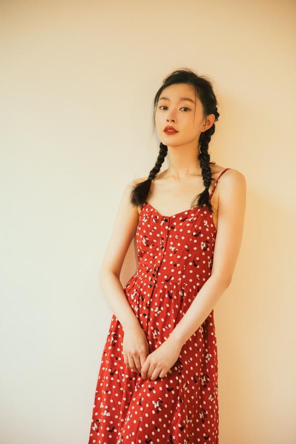 宋轶法式波点红裙复古优雅 新剧《赘婿》拍摄中