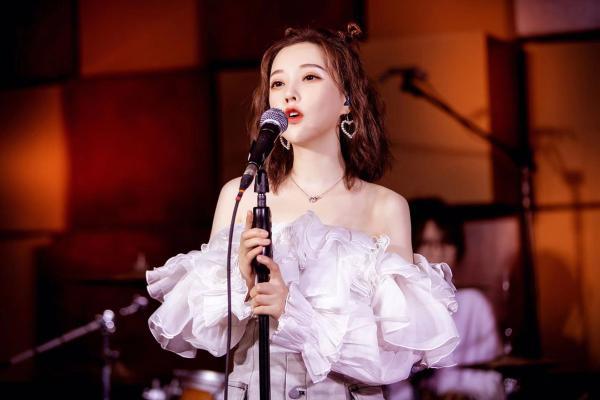 冯提莫国际音乐节甜美开唱 线下见面会人气高