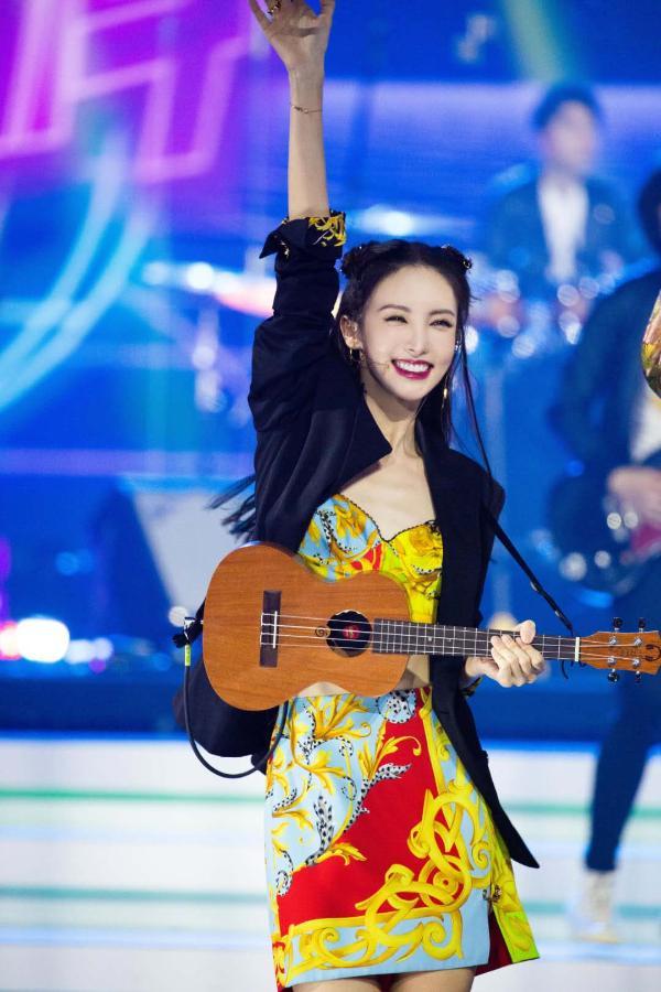 金晨公演舞台尝试乐队合作 尤克里里带来惊喜