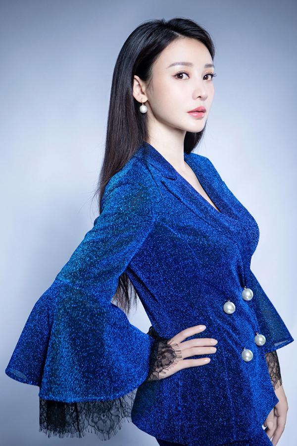 柳岩星辰蓝西服套装清丽出尘 演绎都市摩登风尚