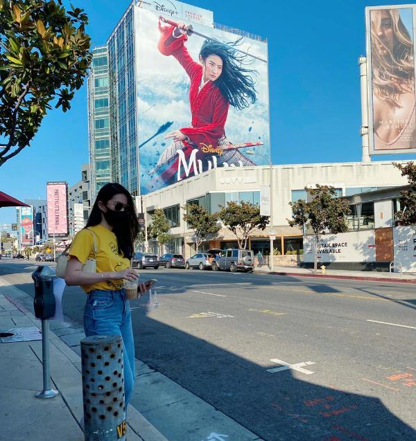 刘亦菲生日晒美照 与《花木兰》海报合影秒变迷妹