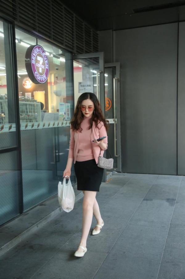 刘竞粉色明媚心情日常照,善于平衡工作和生活!