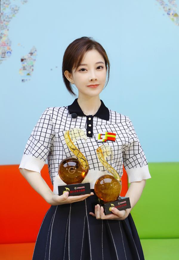 冯提莫获年度最受欢迎女歌手 甜美演唱新歌《摩托》
