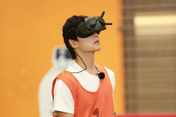 杨洋VR足球迷失方向 《元气满满的哥哥》游戏再升级