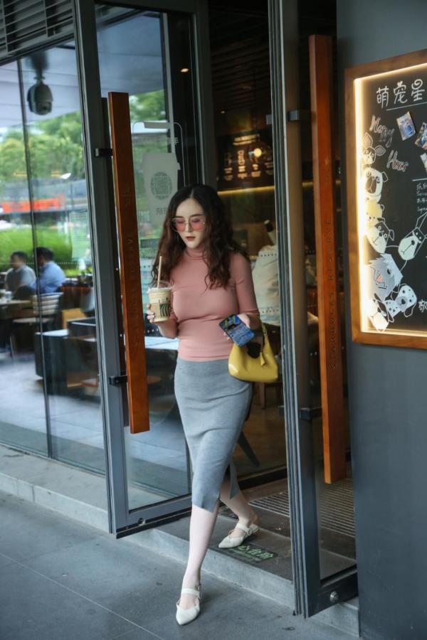 刘竞休闲出街 品味时光气质优雅
