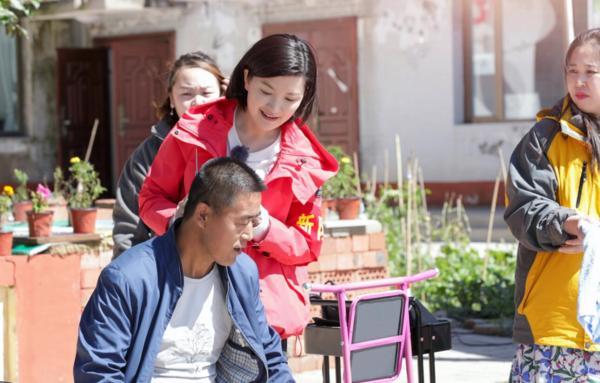 《我们在行动》第五季凤凰传奇齐跳广场舞 李汶翰挑战开收割机