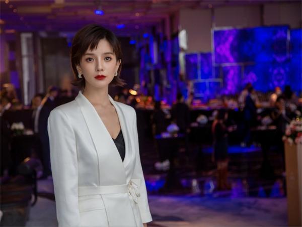 """第七届丝绸之路电影节,西安女娃许赢之一袭抹胸长裙""""太吸精"""""""