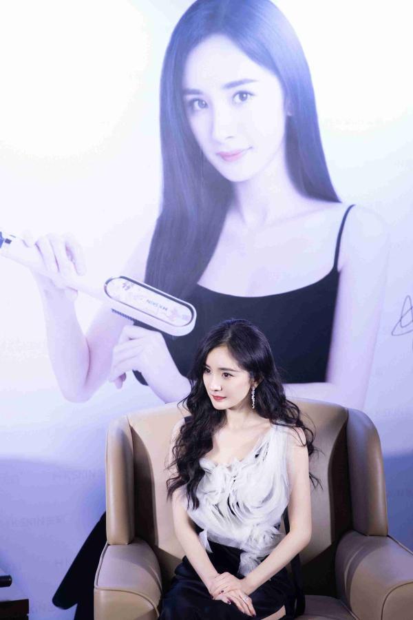 杨幂携手金稻国际第六年 黑白长裙出席活动光彩照人